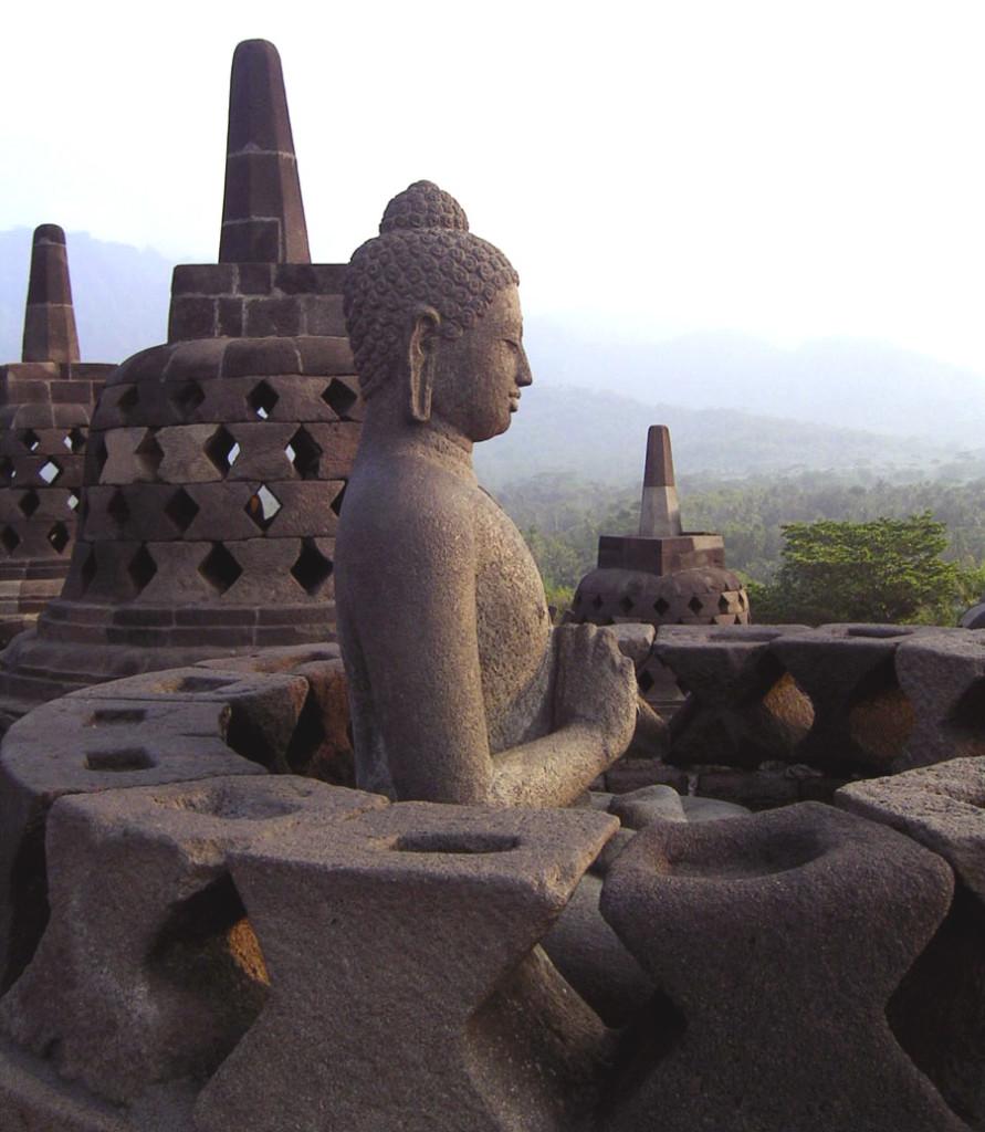 Вид со ступы на вулкан Мерапи.